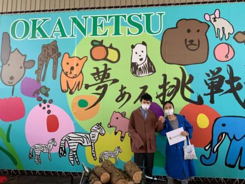 完成した壁画の前で記念撮影。